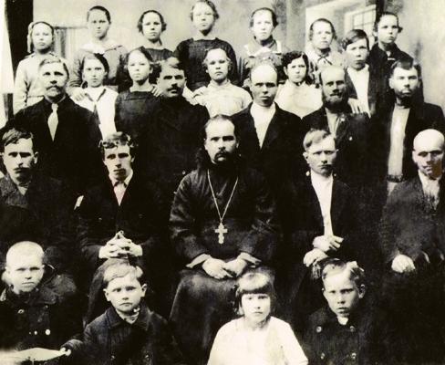 Протоиерей Валент Никольский с церковным хором села Трофимово